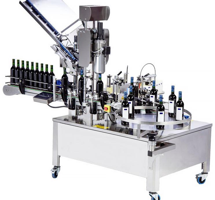 Etikettiermaschine mit Kapselaufsetzer und Kapselschrumpfer